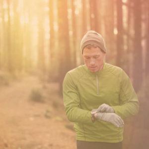 Uthållighets PT och tränare som springer i skogen