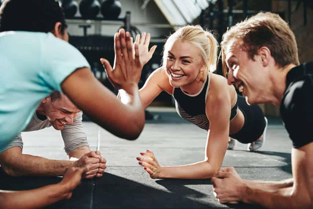 Tränare som gör high five under PT-utbildning