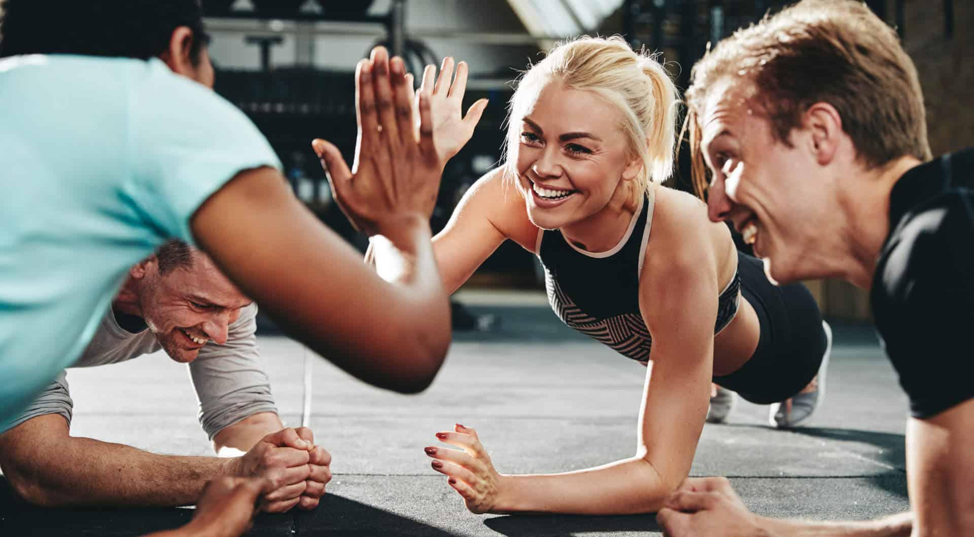 PT på gymmet som gör high-five