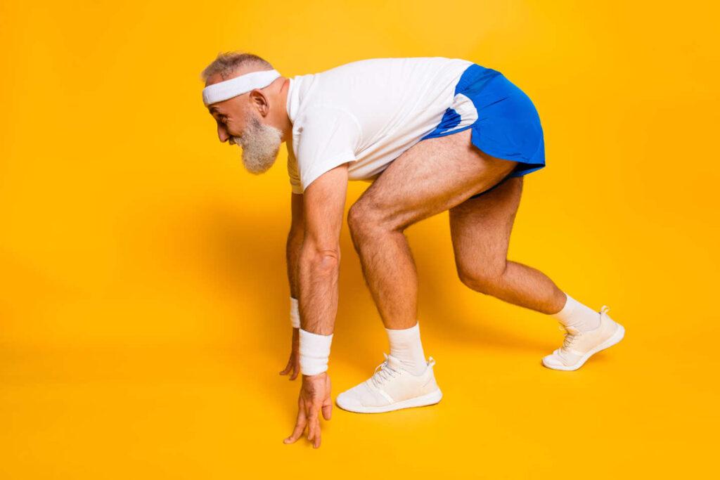 Senior som gör sig redo för att springa
